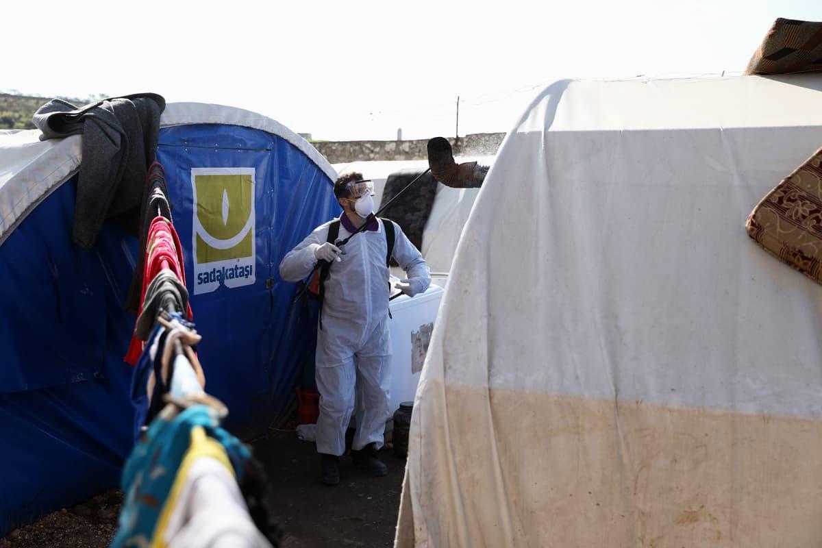 Violet Organization -järjestön vapaaehtoistyöntekijä desinfioi pakolaisten telttoja Idlibissa Syyriassa.