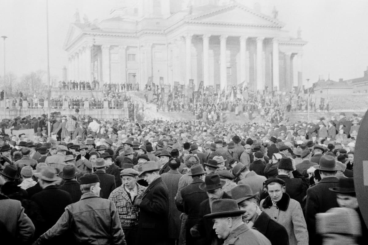 Historiallisessa kuvassa on yleislakon aikainen mielenosoitus Helsingissä vuonna 1956.