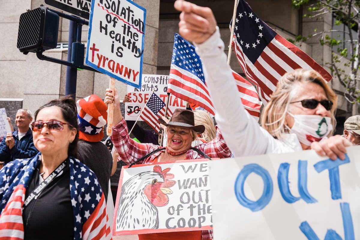 """San Diegossa ihmiset protestoivat """"pysy kotona""""  kehotusta  vastaan 18. huhtikuuta."""