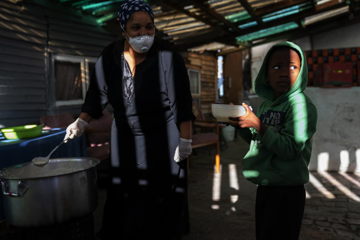 9 Miles Project Covid-19 -avustusryhmä jakaa ruokaa Etelä-Afrikassa slummeissa asuville, joiden tilanne on pahentunut entisestään koronan takia.