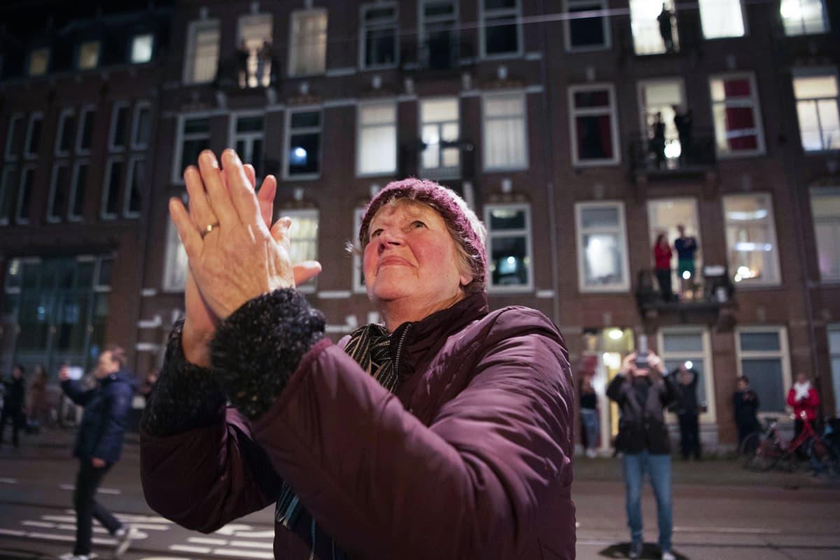 Ihmiset taputtavat terveydenhoitohenkilöstölle Amsterdamissa 17. huhtikuuta.