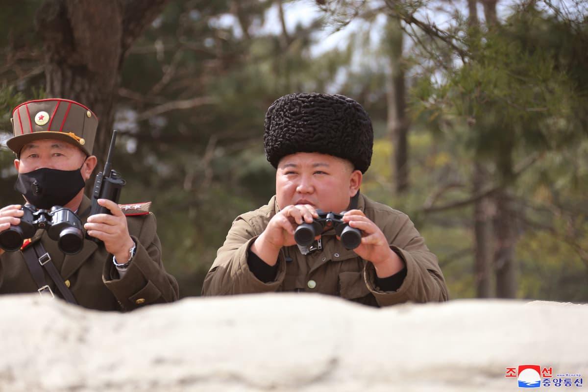 Maaliskuussa KCNA julkaisi kuvan Kim Jong-unista seuraamassa tykistön harjoituksia.