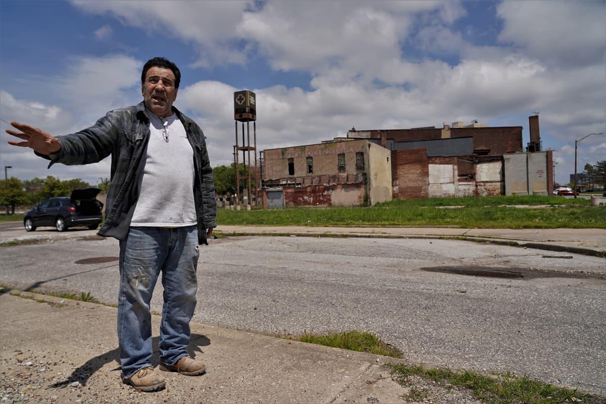 Yrittäjä Steve Tsamouras odottaa koronan keskeyttämien rakennustöiden alkamista.