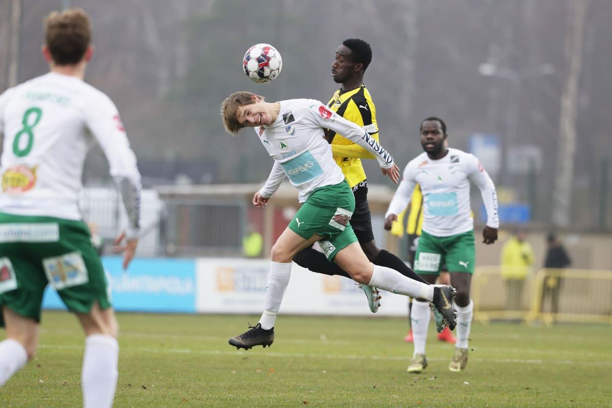 Hongan Demba Savage ja IFK Mariehamnin Riku Sjöroos Veikkausliigan ottelussa marraskuussa 2019