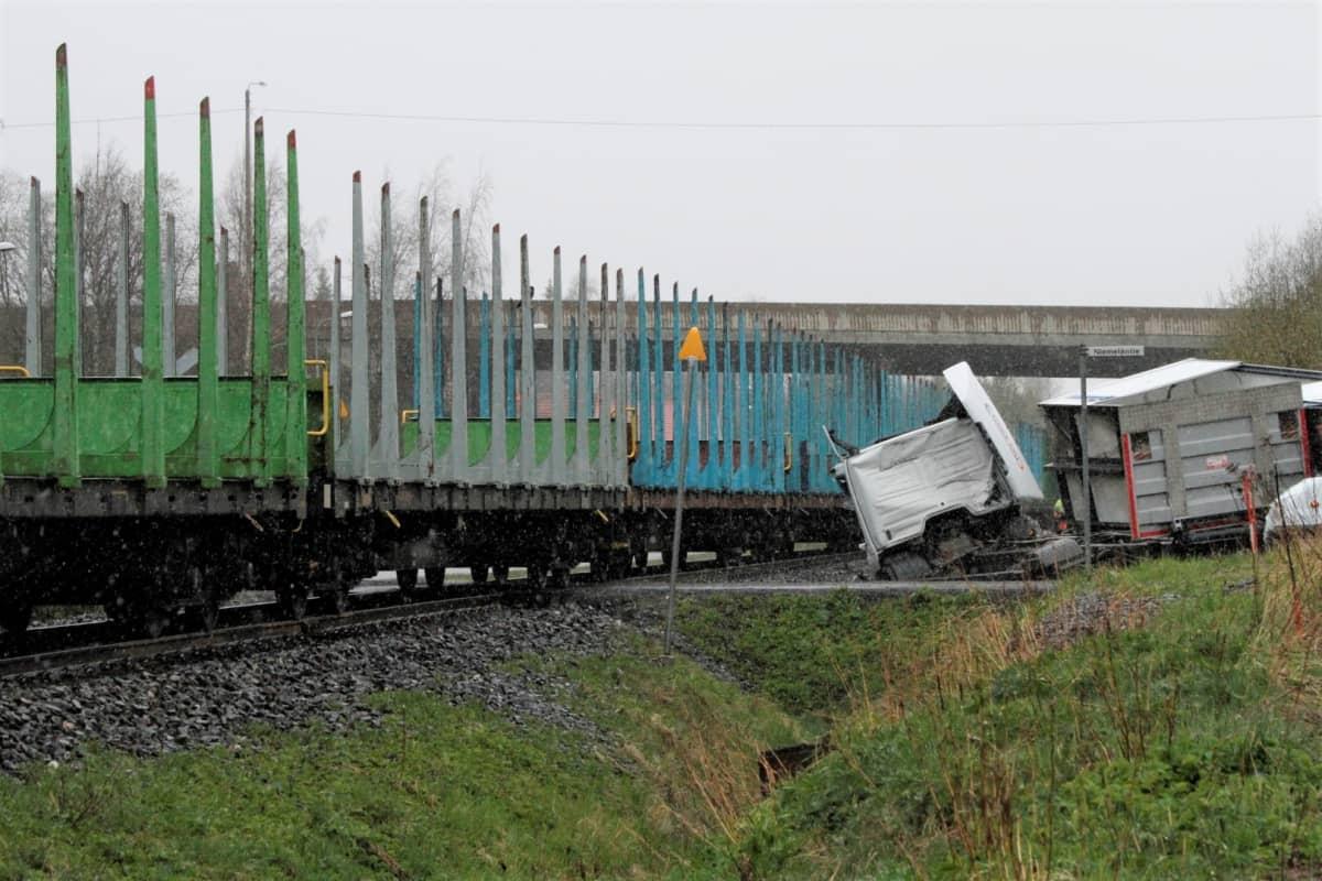 Tavarajuna ja kuorma-auto törmäsivät tasoristeyksessä Orivedellä