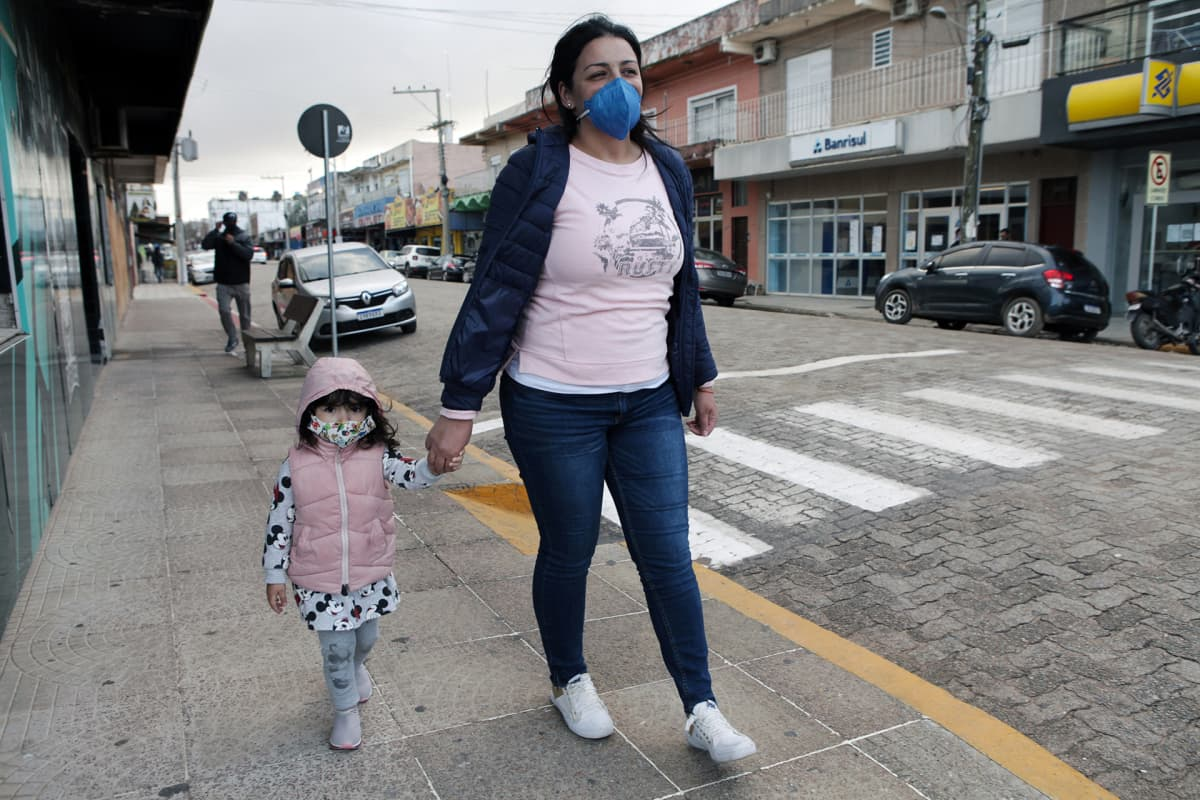 """Uruguaylaiset Luana Alvarez (vas.) ja äiti Mariana García viettävät koronakaranteenia lähellä rajaa. """"On outoa nähdä kaupunki näin tyhjänä"""", García sanoo."""