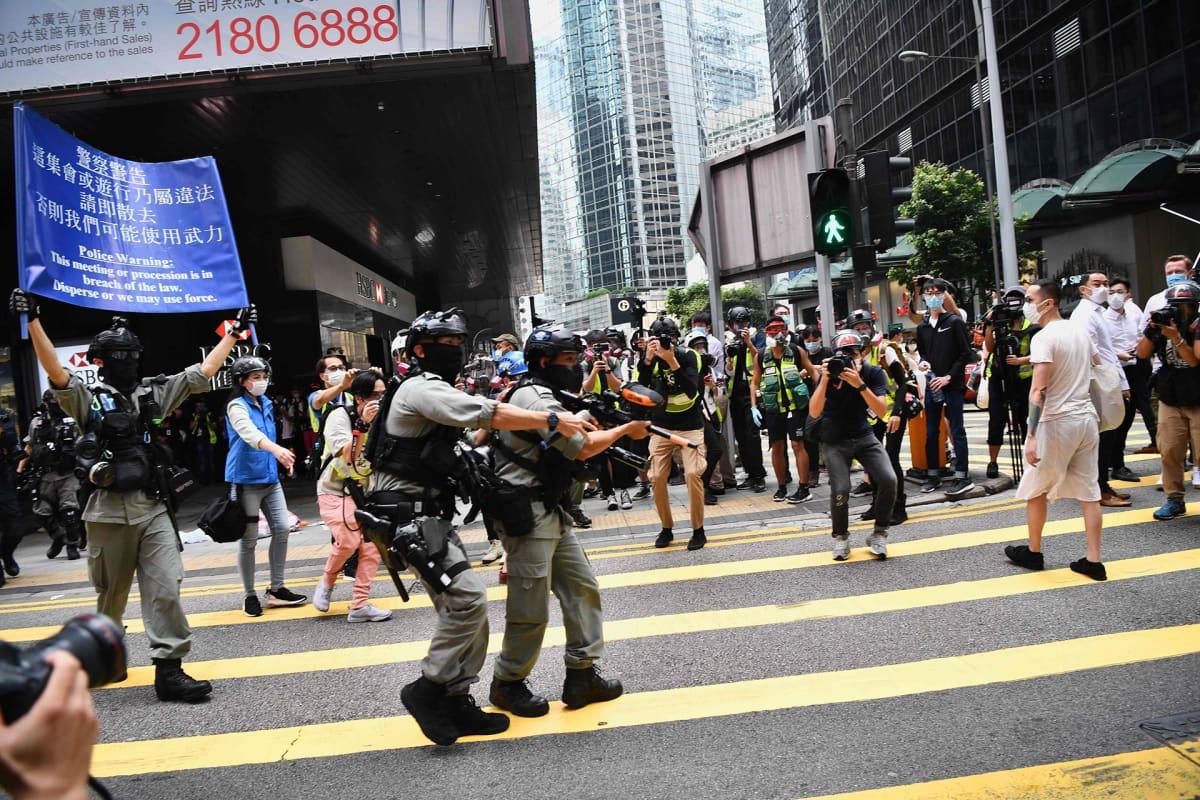 Mellakkapoliiseja mielenosoituksessa Hongkongin keskustassa keskiviikkona.
