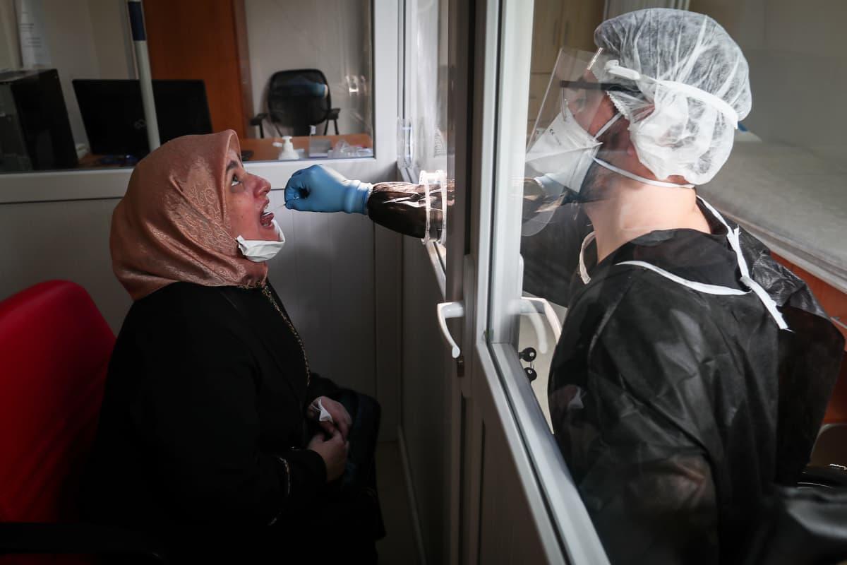 Naiselta otettiin koronatesti istanbulilaisessa sairaalassa Turkissa.