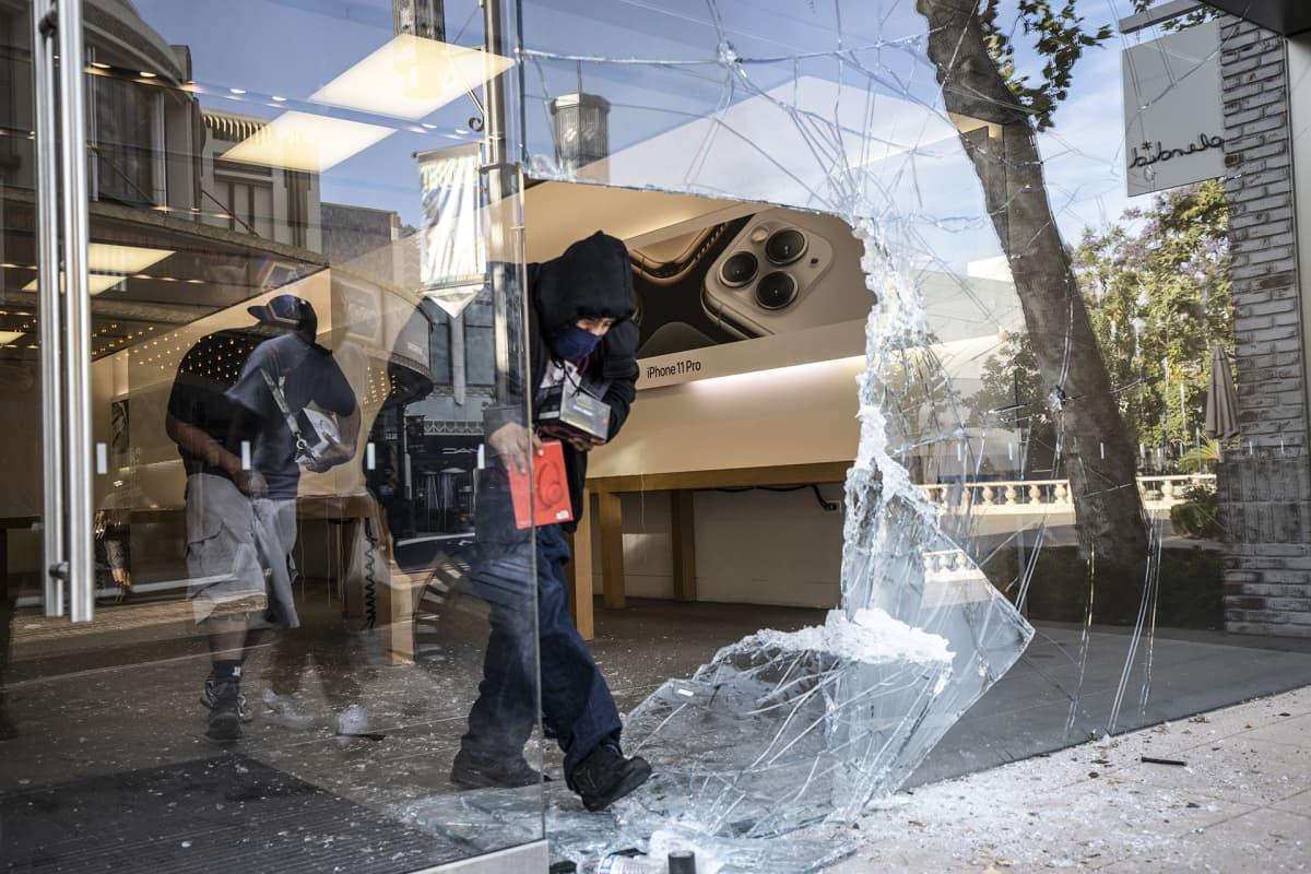 Ihmiset ryöstävät Apple Storin kaupan mellakoiden ohessa Los Angelesissa.