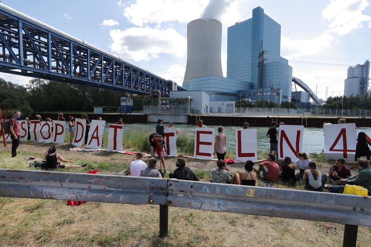 Mielenosoittajia Uniperin Datteln 4 -hiilivoimalan edustalla