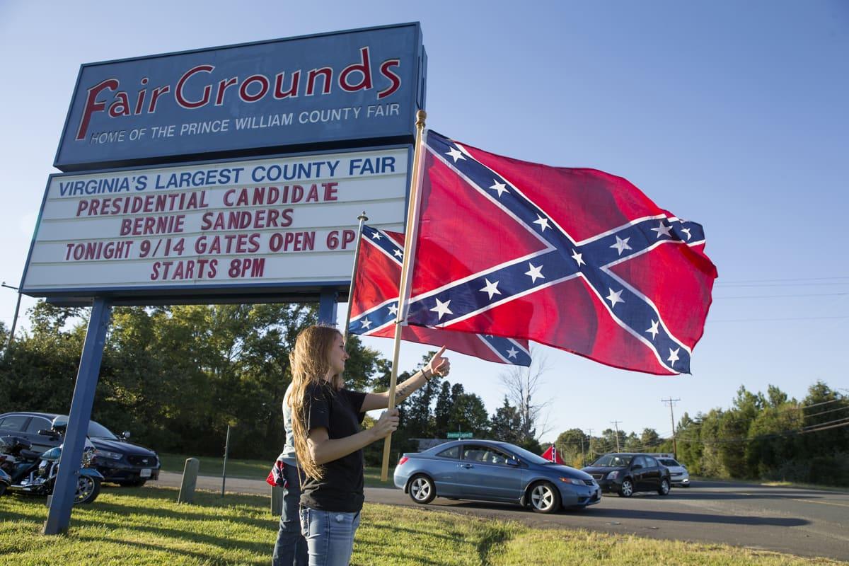 Ihmisiä kantamassa konfederaation lippua Bernie Sandersin vaalikampanjan aikana Virginiassa vuonna 2016