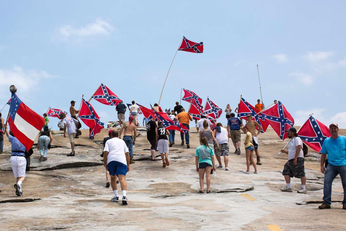 Konfederaation lipun kannattajat marssivat vuonna 2015 Stone Muontain -vuorelle Georgiassa.