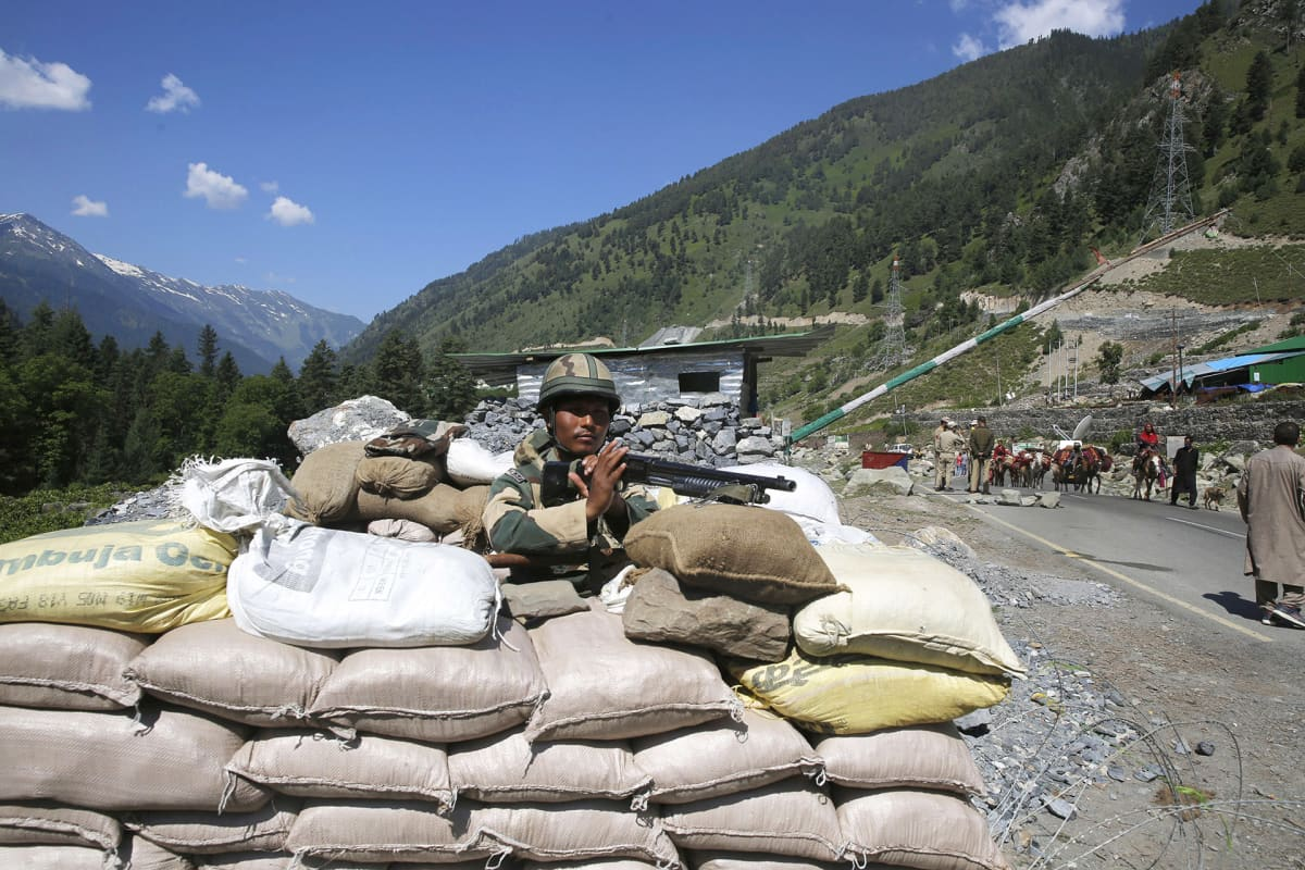 Intialainen sotilas vartioimassa maantiellä, joka johtaa Ladakhiin.