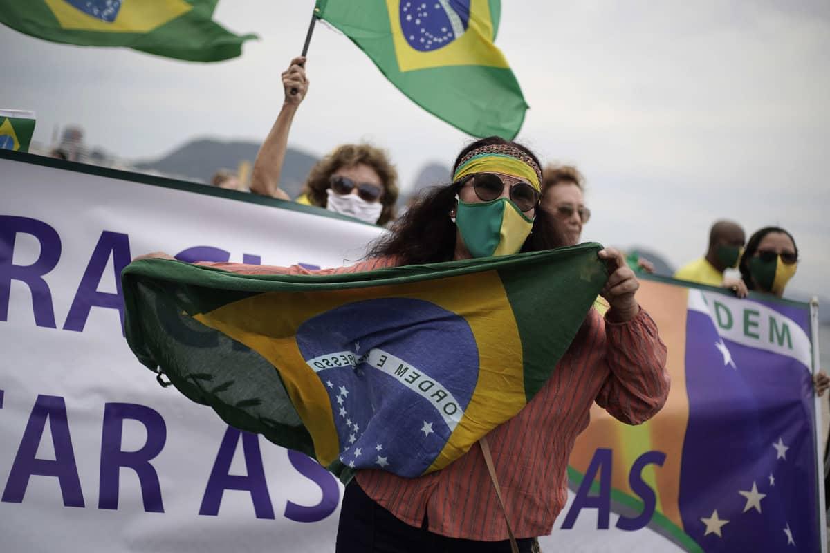 Presidentti Jair Bolsonaron kannattajia mielenosoituksessa.
