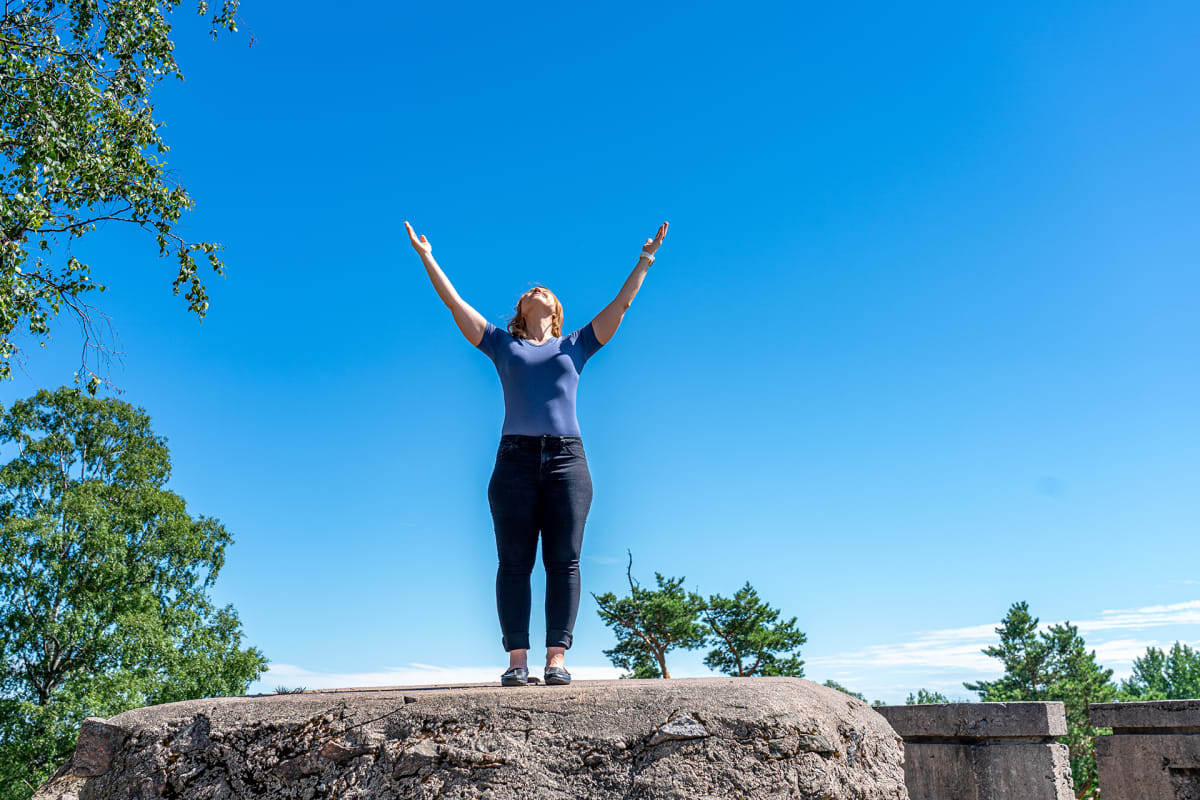 Anu Tevanlinna seisoo kalliolla.