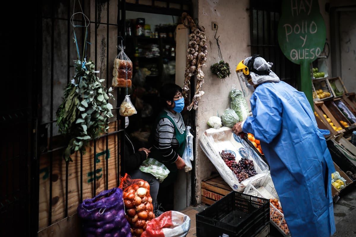 Terveysviranomaiset suojapuvuvuissa vierailevat ovelta ovelle kartoittaen koronavirukseen sairastuneita henkilöitä.