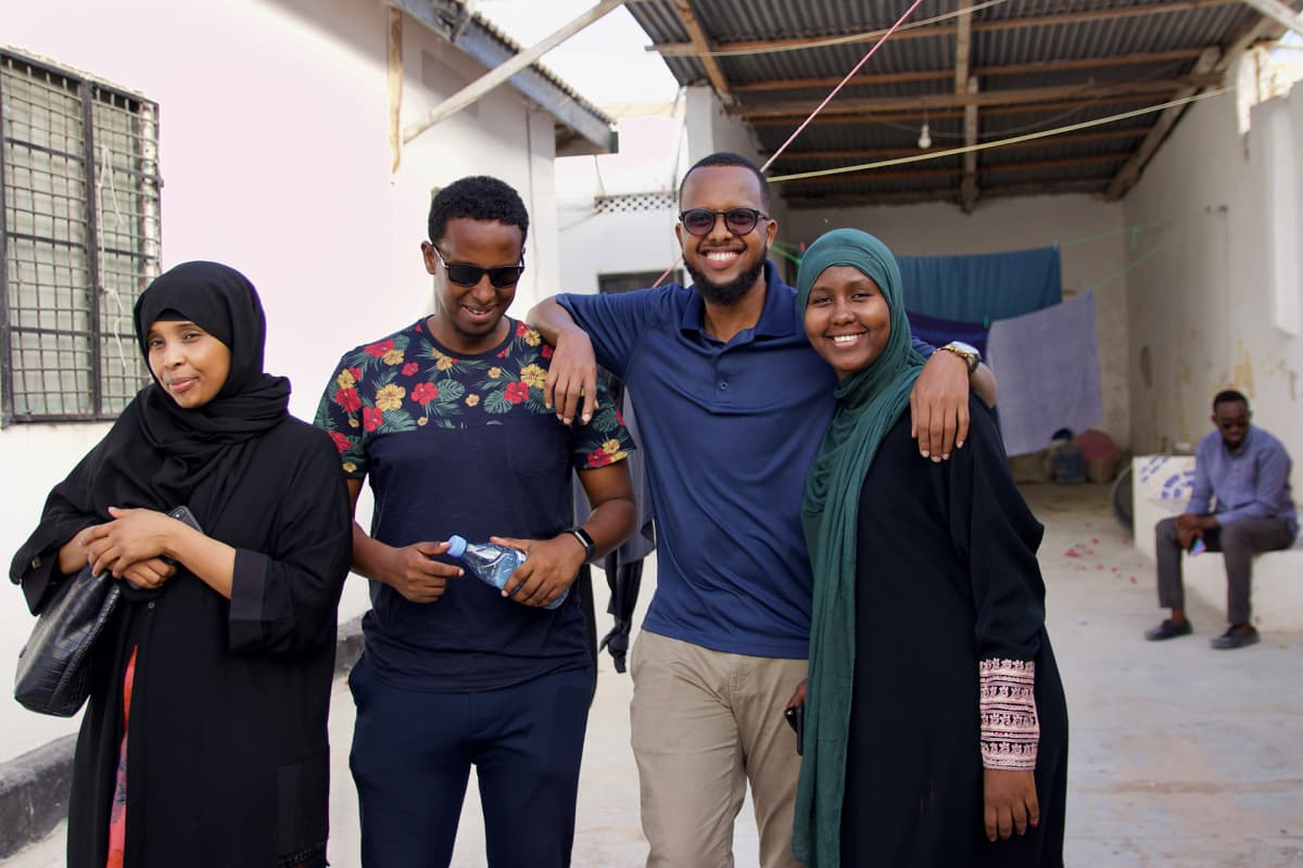 Deeq Mohamed (keskellä vasemmalla) muutti takaisin Iso-britanniasta muutama vuosi sitten. Abdullahi Mohamed (keskellä oikealla) asui puolestaan Ruotsissa pitkään.