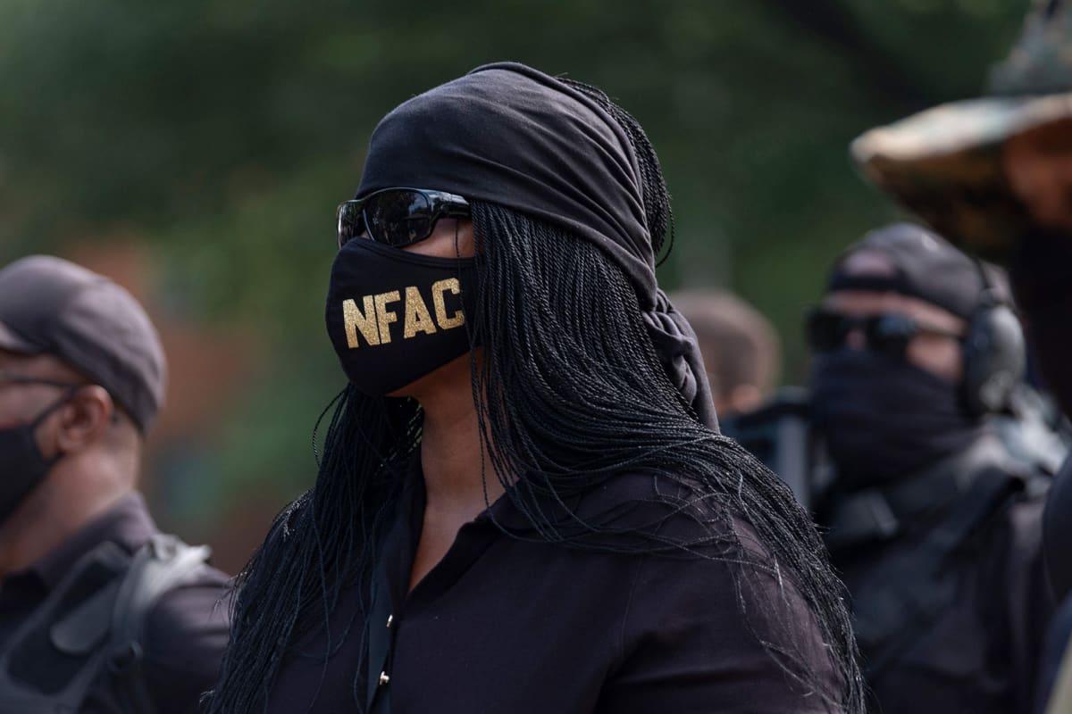 NFAC:n jäseniä osoittamassa mieltään Louisvillessä