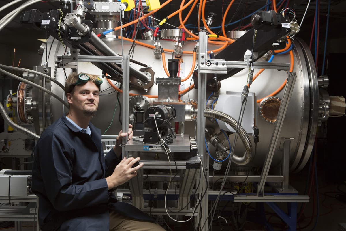 Lockheed Martinin niin sanottu kompakti fuusioreaktori on yllättävän pieni. Laiteen idean keksi kuvassa poseeraava Thomas McGuire opiskelijana kuuluisassa MIT-yliopistossa. Kuva: Lockheed Martin