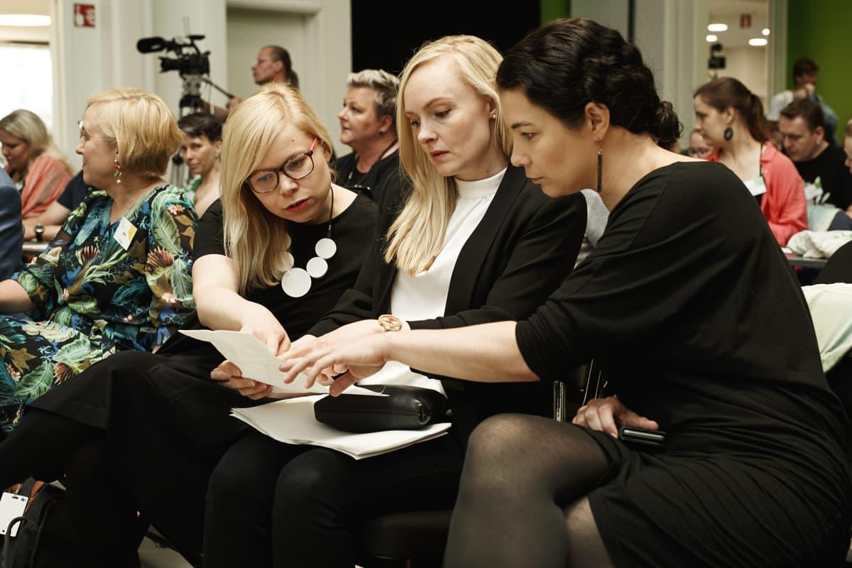 Vihreiden kansanedustaja Saara Hyrkkö, sisäministeri Maria Ohisalo ja kansanedustaja Emma Kari vihreiden puoluekokouksessa Porissa 15. kesäkuuta 2019.