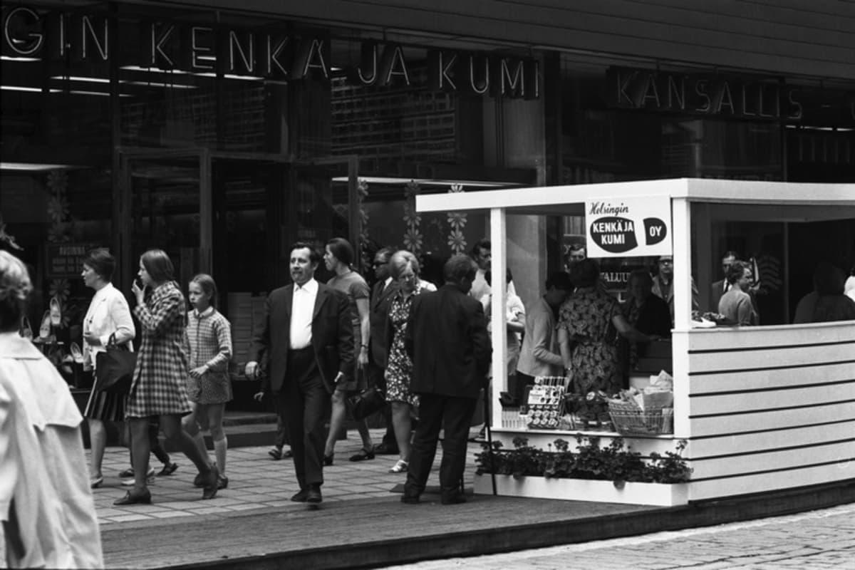 Katukauppaa Helsingin Kenkä- ja kumi Oy:n liikkeen edustalla Aleksanterinkadulla kävelykatukokeilun avajaispäivänä 12.6.1970