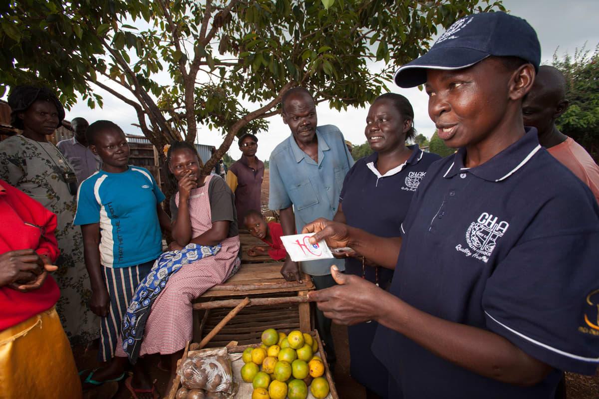 Kunnan työntekijä opastaa ihmisiä seksuaaliterveys asioissa Kisumussa, Keniassa.