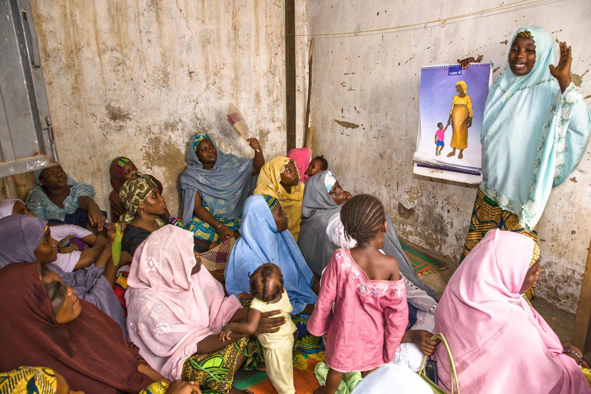 Perhesuunnittelun vapaaehtoisjäsen puhumassa naisille Kanossa, Nigeriassa.