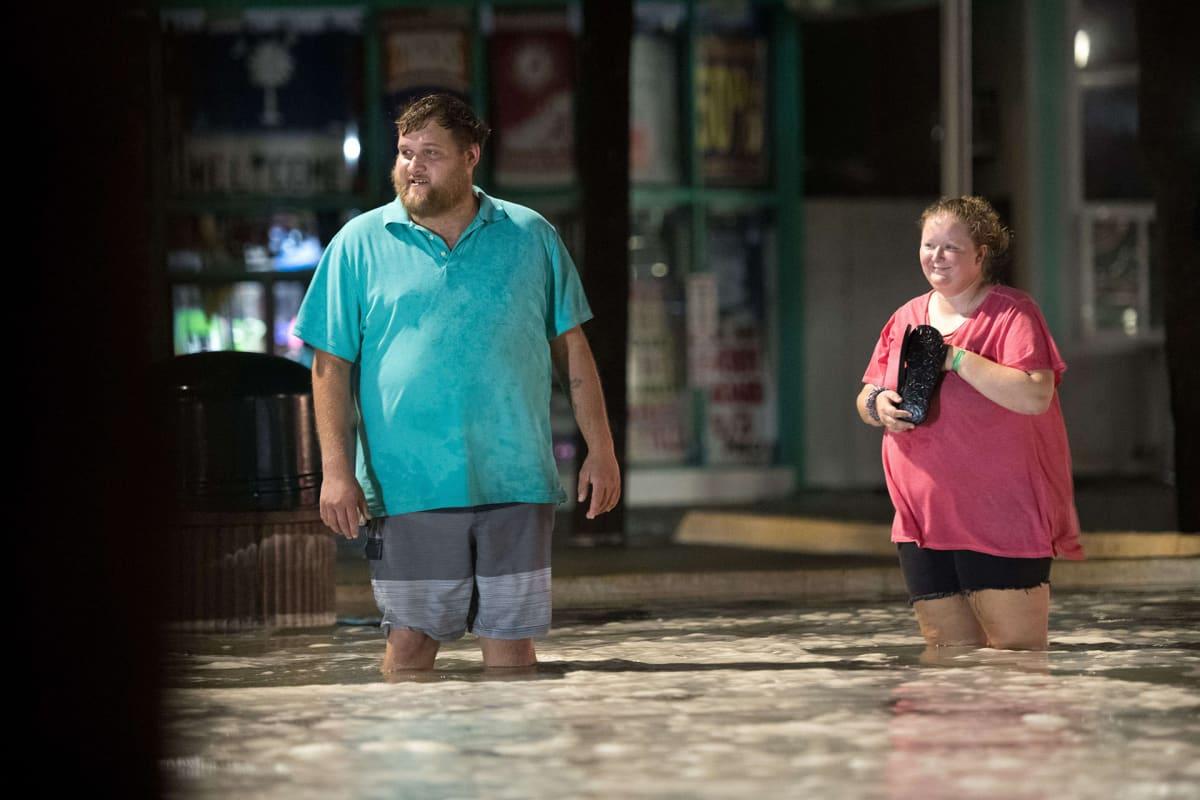 Ihmisiä tulvavedessä Myrtle Beachilla, Etelä-Carolinassa 3. elokuuta.