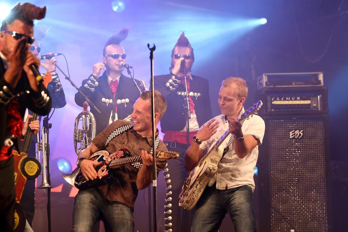 Jyväskylän MM-rallin 60-vuotisjuhlassa 2010 Leningrad Cowboys sai vahvistusta rallitähtikaksikosta Jari-Matti Latvala & Mikko Hirvonen.