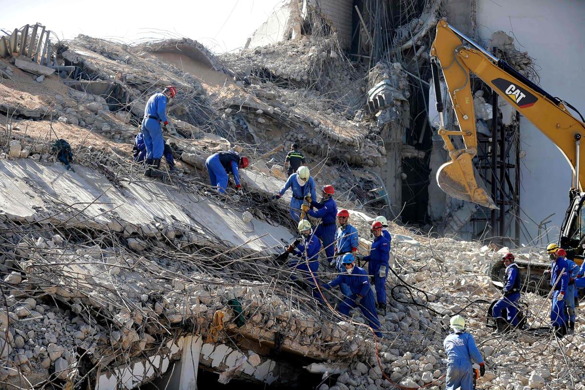 Venäläinen pelastusjoukko etsii elonjääneitä Beirutin sataman lähellä olevista raunioista 7. elokuuta 2020.