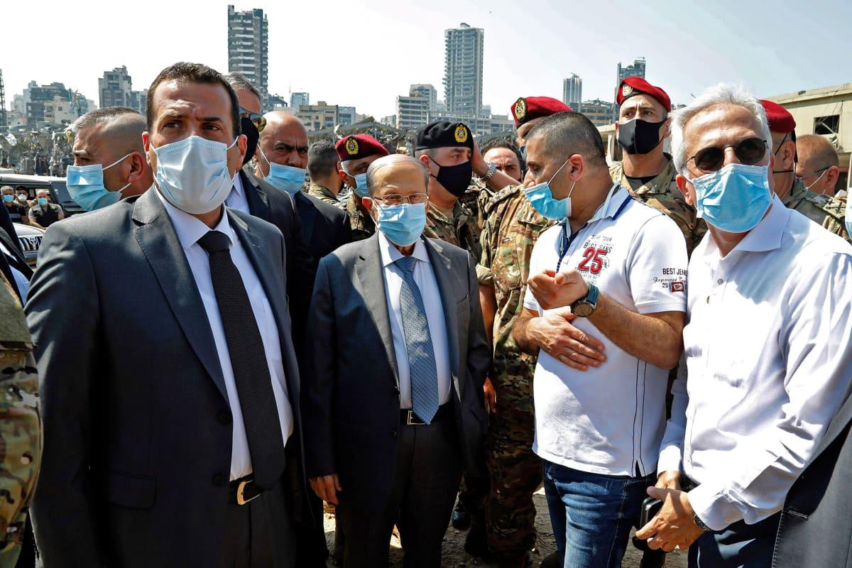 Libanonin presidentti Michel Aoun (keskellä) vieraili Beirutin räjähdyksen tuho-alueella keskiviikkona 5. elokuuta 2020.