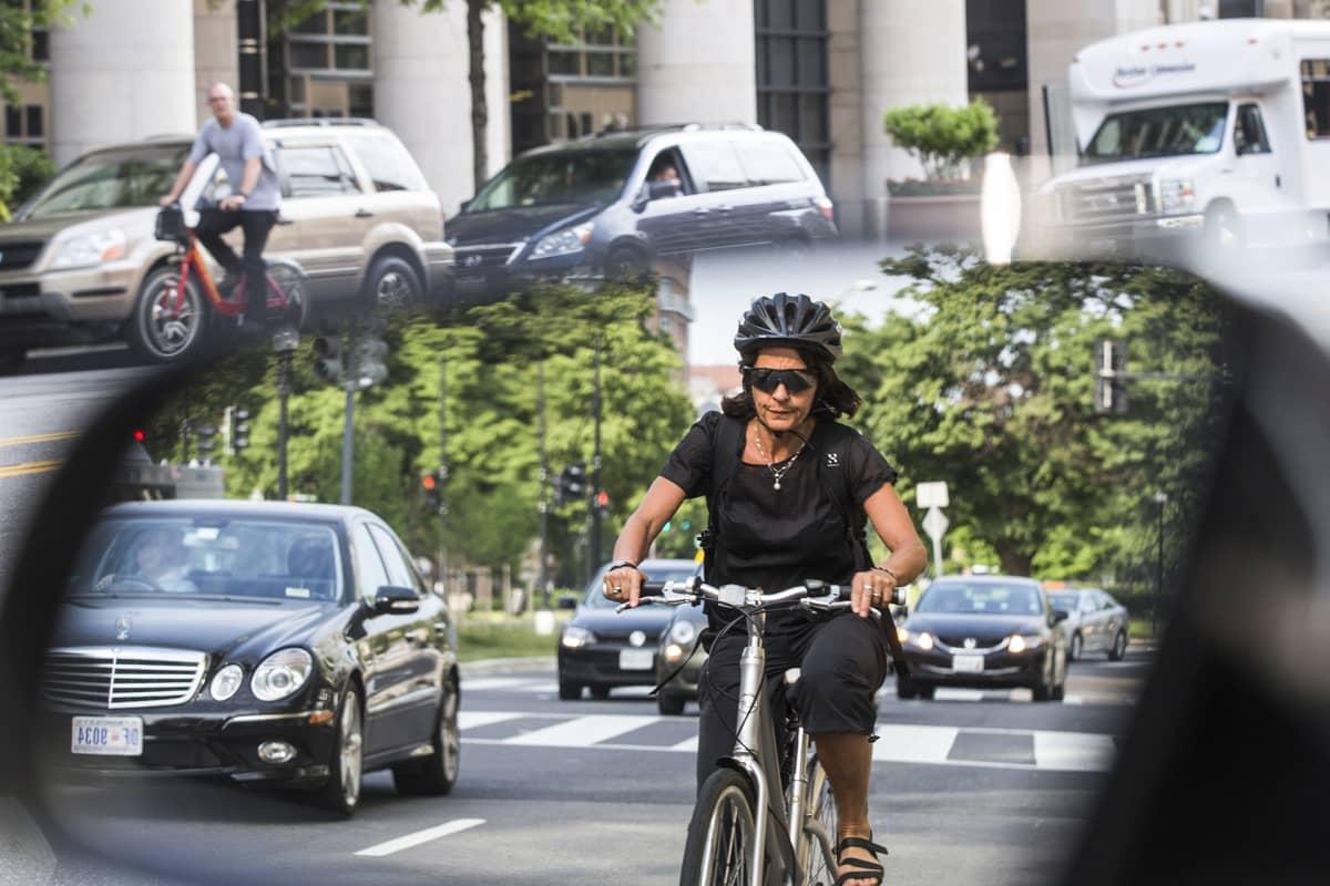 Ihmisiä pyöräilee liikenteen seassa Washingtonissa.