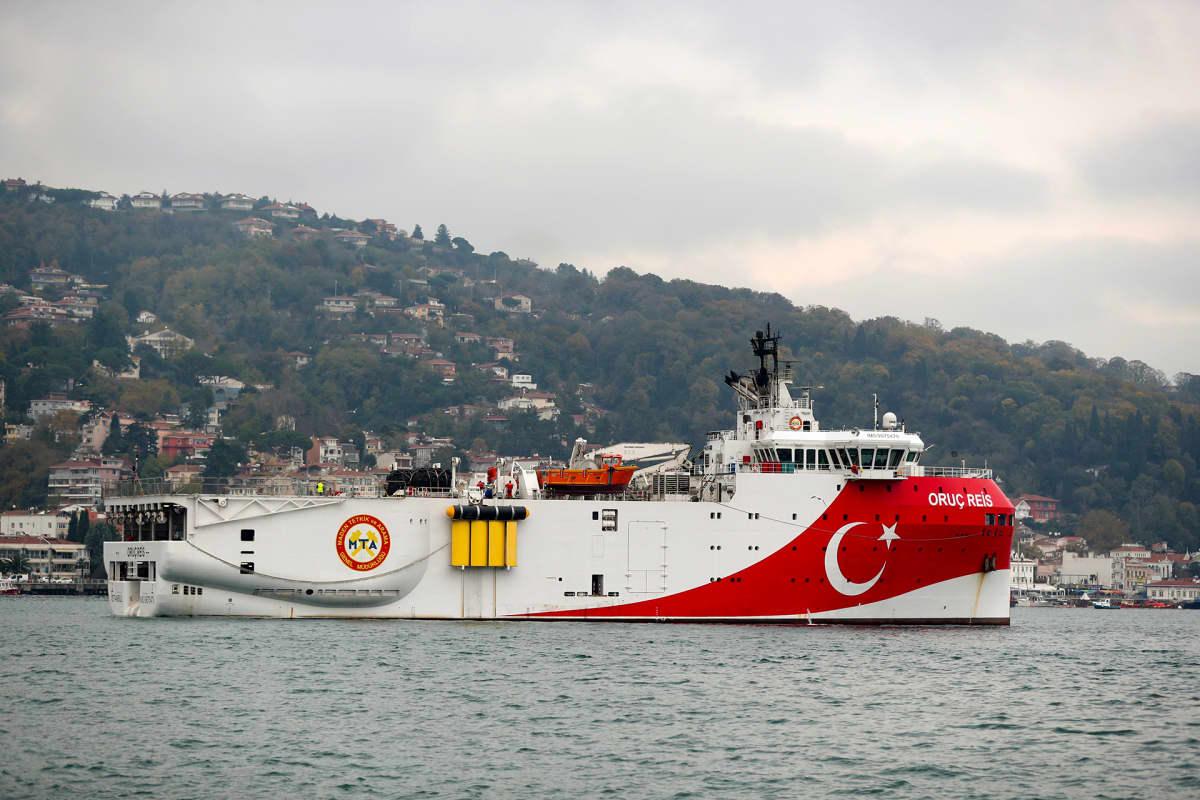 Turkin valtion tutkimusalus Oruç Reis Bosporin salmella, lähellä Istanbulia.