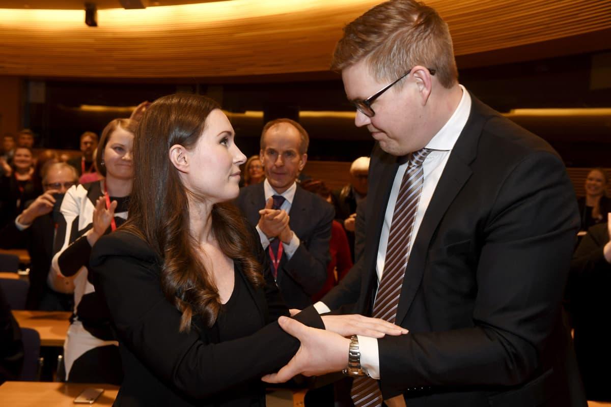 SDP:n pääministeriehdokkaaksi valittu Sanna Marin saa onnittelut vastaehdokkaalta Antti Lindtmanilta SDP:n puoluevaltuuston kokouksessa Helsingissä 8. joulukuuta 2019.