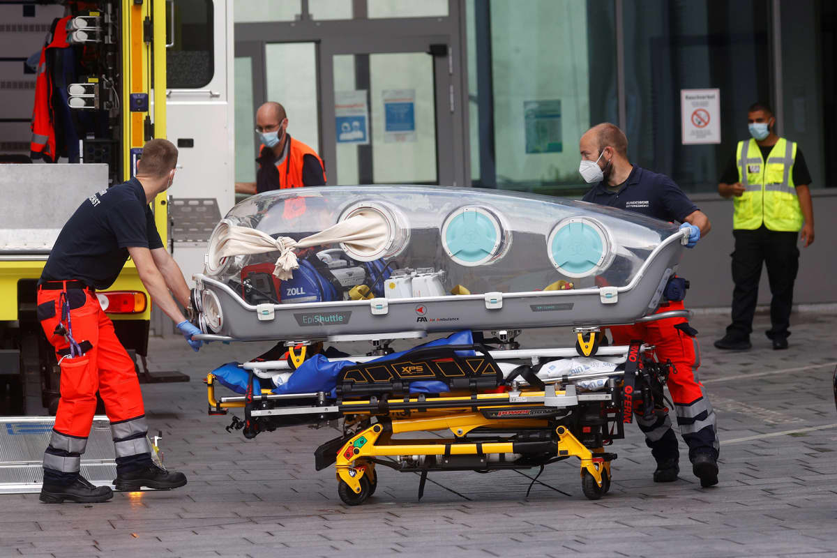 Aleksei Navalnyin siirrossa käytettyä eristysyksikköä lastattiin tyhjänä takaisin ambulanssiin Berliinissä 22. elokuuta.