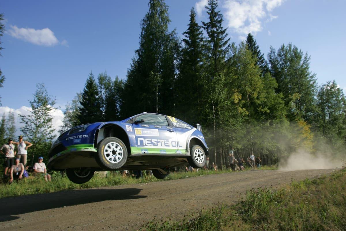 Juha Kankkunen ajoi Fordilla Jyväskylässä vuonna 2010.