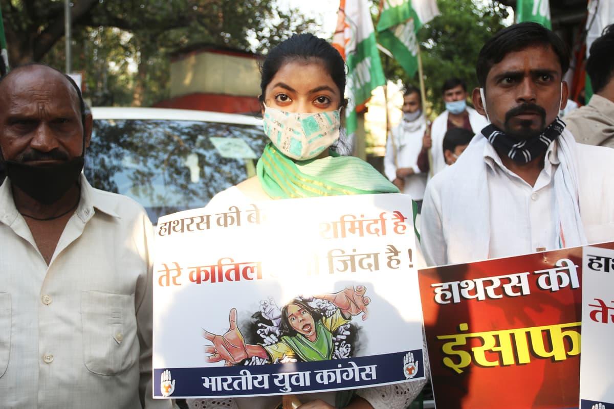 Naisiin kohdistuvaa väkivaltaa vastustavia mielenosoittajia.