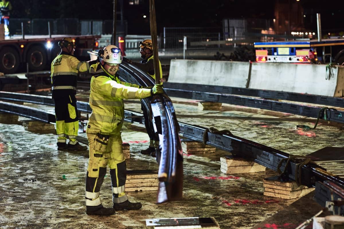 Raitiotien kaarrekiskoja asennetaan Tampereen Hämeenkadun ja Hatanpään valtatien risteykseen.