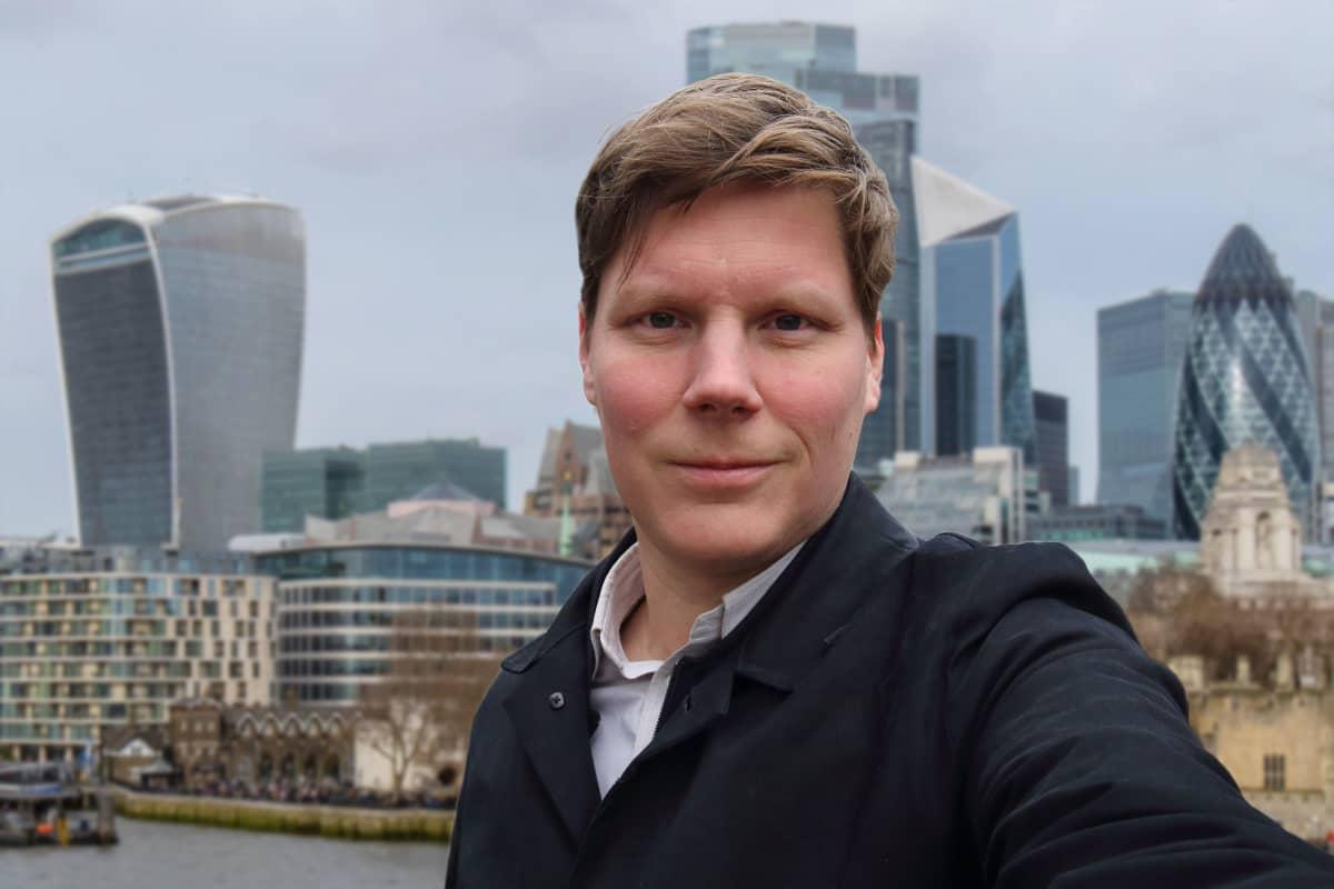 Selfie Pasi Myöhäsestä. Taustalla London City.