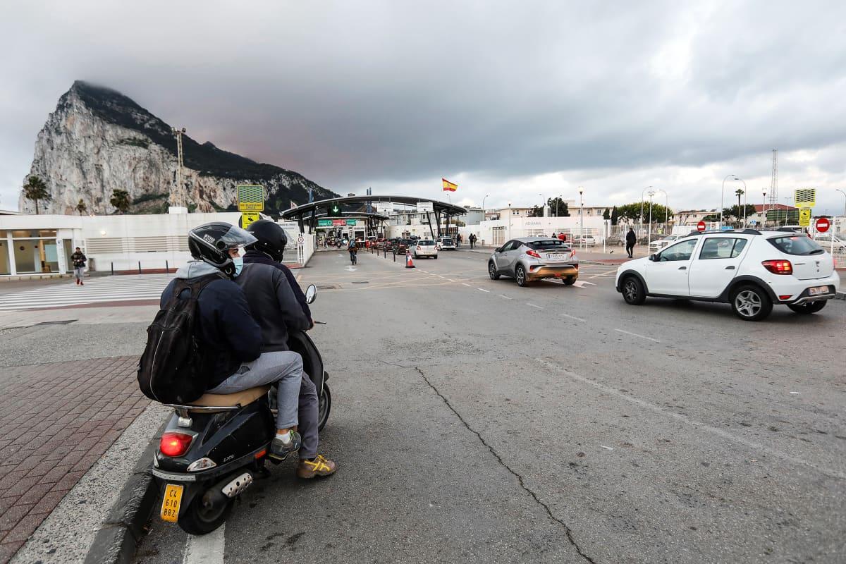 Useita ajoneuvoja odottaa Gibraltarin rajalla.