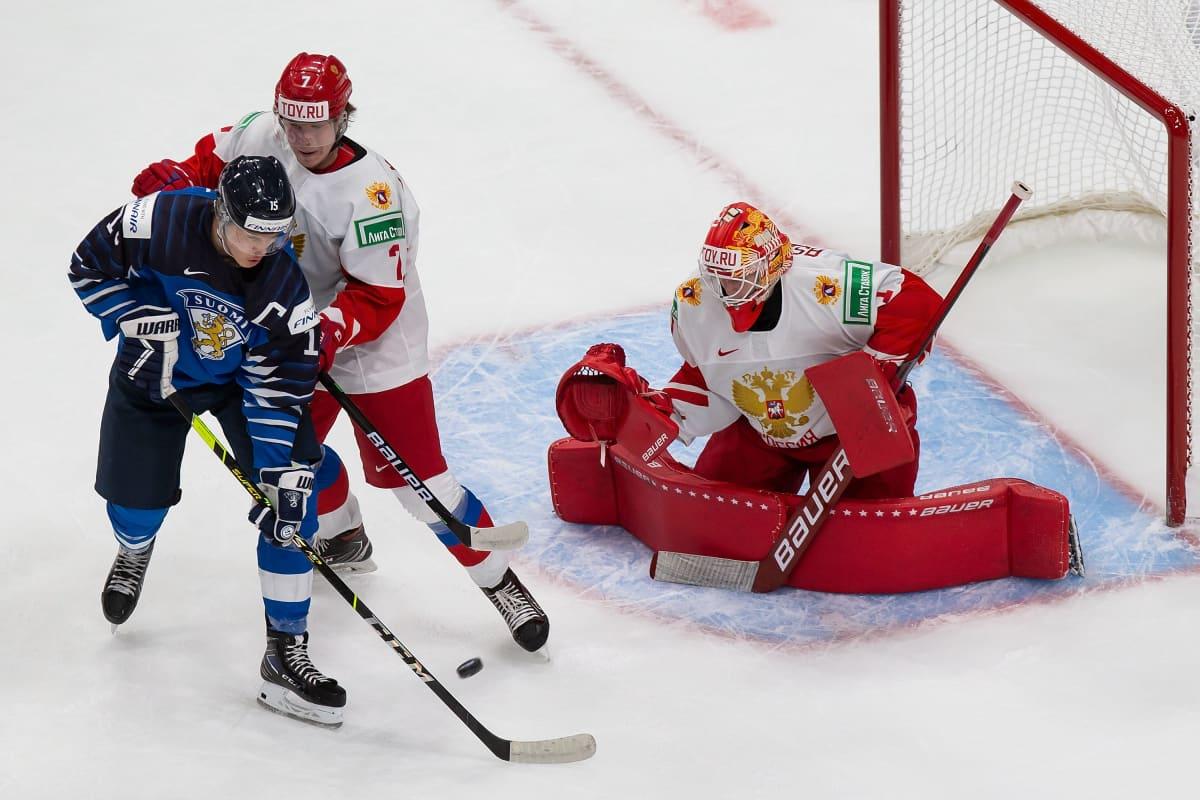 Venäjän Roman Bychkov yrittää pitää Anton Lundellia maalivahti Jaroslav Askarovin edessä.