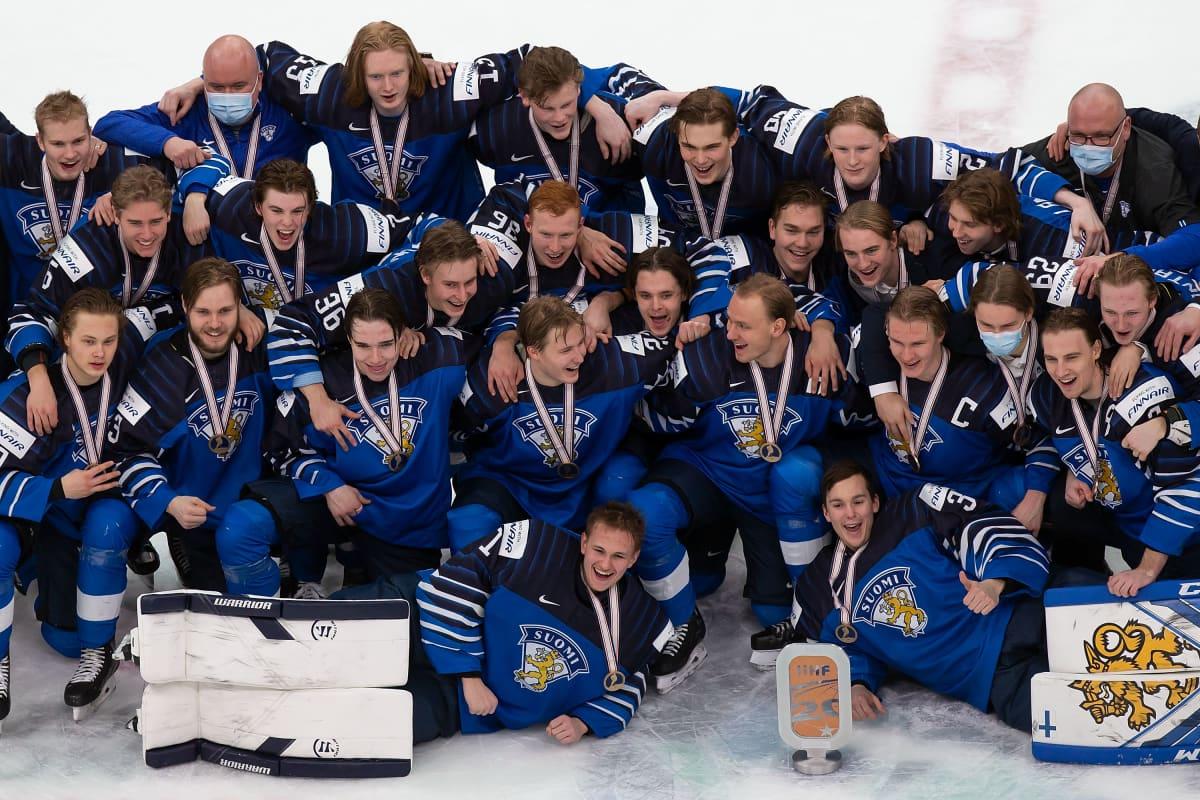 Suomen pronssijoukkue yhteiskuvassa.