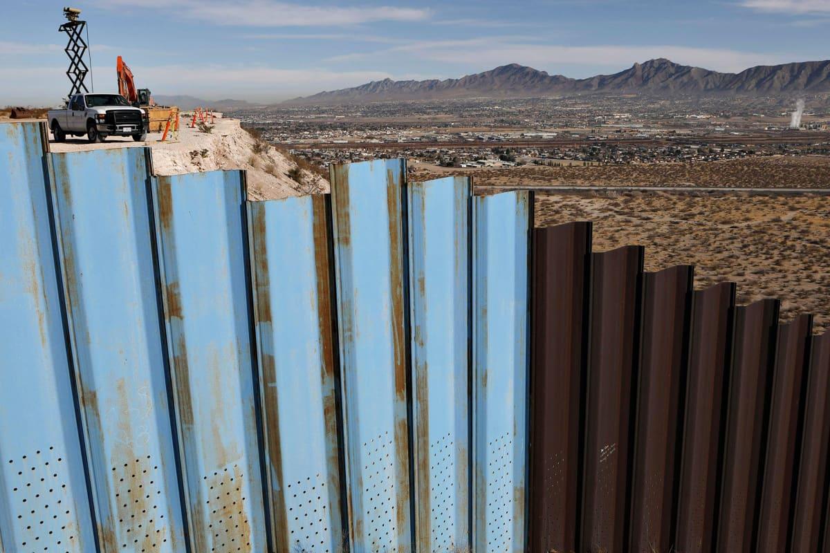 Yhdysvaltain ja Meksikon välistä muuria rakennettiin Sunlad Parkin ja Ciudad Juarezin välille 8. tammikuuta 2021.