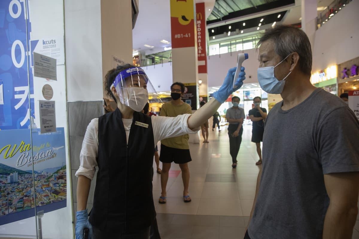 Singaporessa parturit ja kampaamot saivat koronasulun jälkeen avautua 12. toukokuuta, mutta asiakkaiden ruumiinlämpö mitata ennen kuin he pääsivät sisään liikkeeseen.