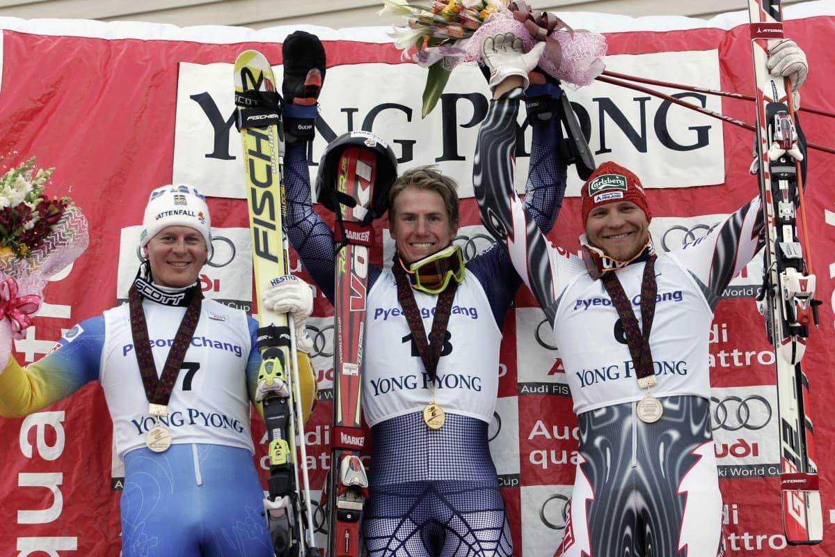 Ted Ligety tuuletti ensimmäistä maailmancupin osakilpailuvoittoaan Koreassa. Fredrik Nyberg (vas.) ja Kalle Palander jakoivat toisen sijan hymyssä suin.