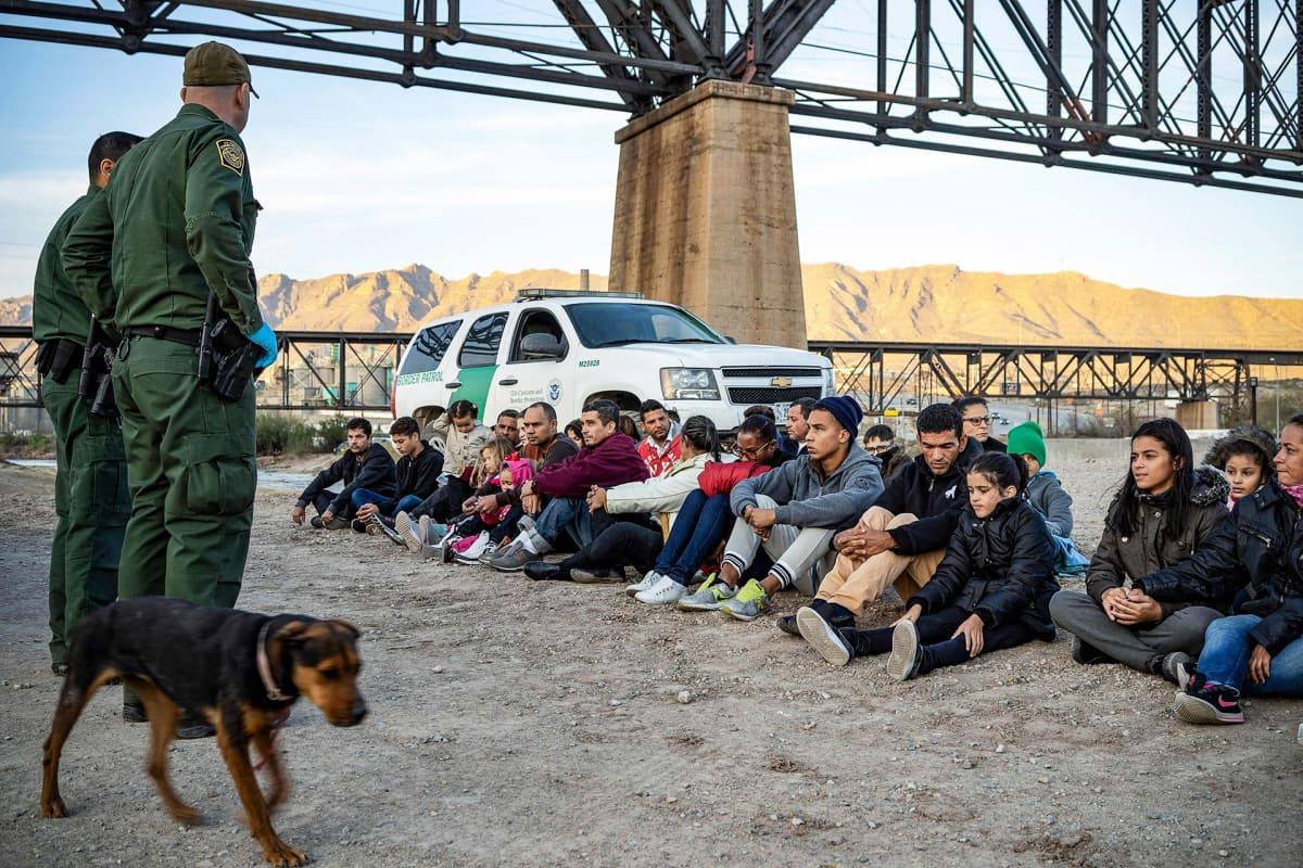Brasilialaislähtöisiä siirtolaisia Yhdysvaltain ja Meksikon välisellä rajalla.