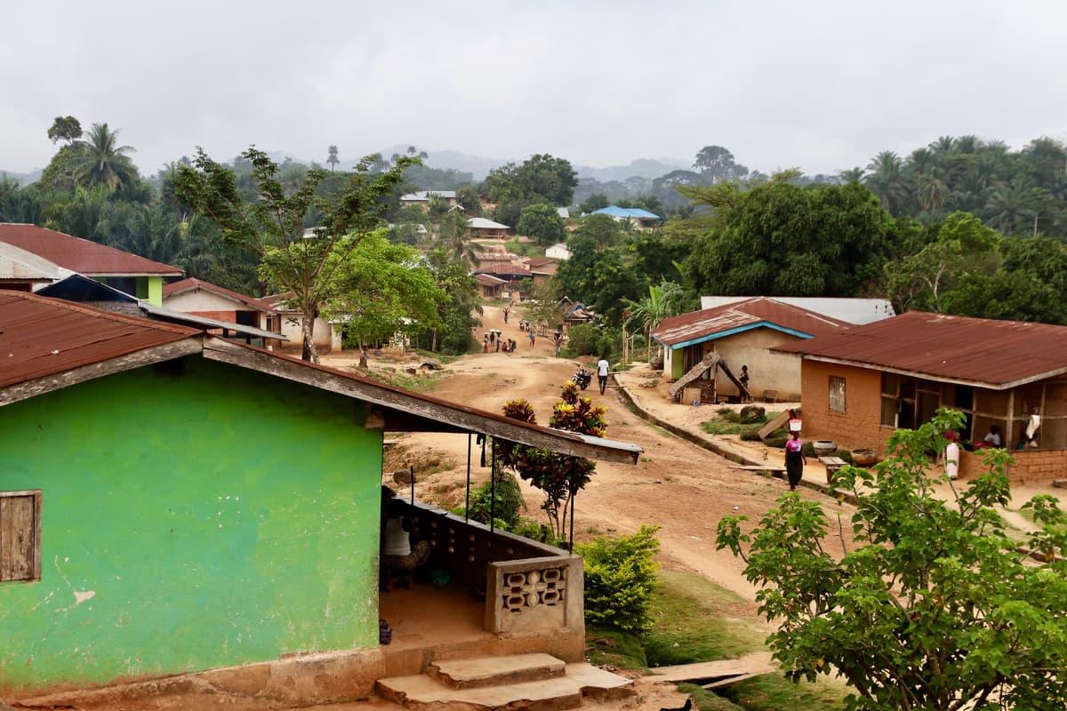 Kamatahun Hassala on tunnettu Liberiassa siitä, että siellä tapahtui sisällissodan aikana hirmutekoja. Paikalliset uskovat, että siksi maan oma totuuskomissio kävi täällä, vaikka se lopulta ei kysynyt heiltä mitään.