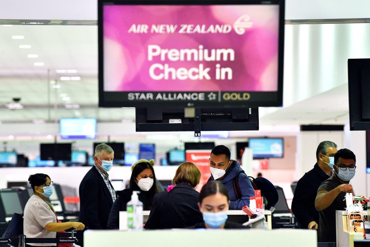 Matkustajia Sydneyn lentoasemalla.