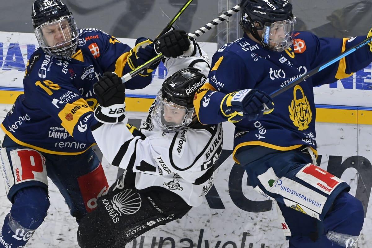 TPS:n Lauri Pajuniemi (kesk.) Lukon Vili Saarijärven (vas.) ja Heikki Liedeksen hodarissa