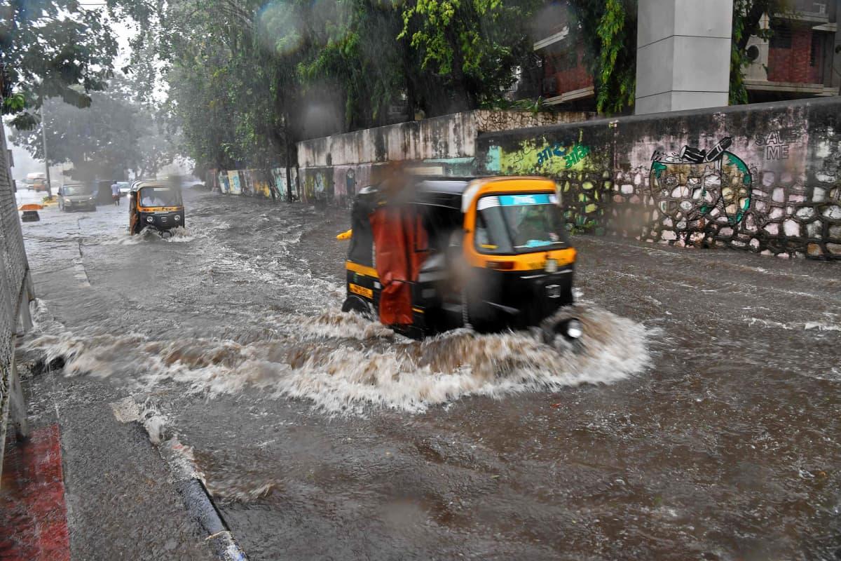 Tulviva katu Mumbaissa Intiassa